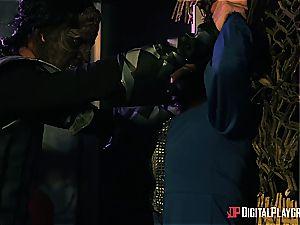 Alien prisoner wrecks Kiki Minaj's culo