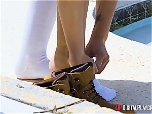 A prompt outdoor banging for a cashless rebel teen August Ames