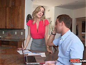 Brandi enjoy helps Taylors boyfriend to unwind