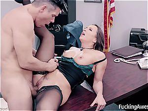 striking assistant helps her chief splatter