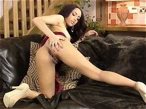 Kayla Louise paws her sugary-sweet labia with her manicured palms