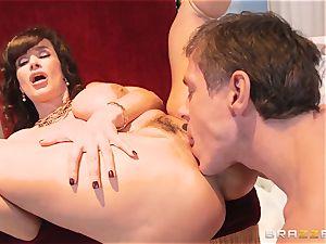 Divine mature Lisa Ann tests fat lollipop on Olympus